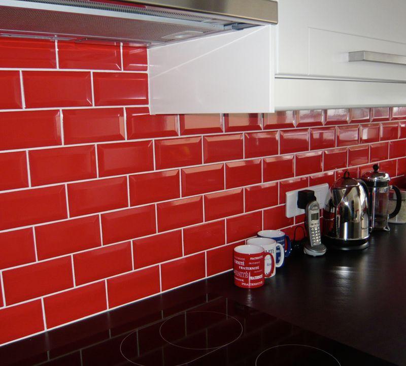 Crédence de cuisine rouge style métro Cuisine \ Carrelage Pinterest