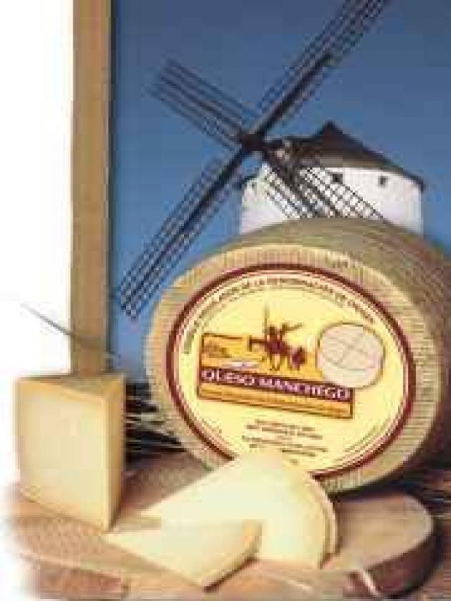 Queso manchego (Castilla la Mancha)      En las tierras de La Mancha se crían las ovejas que dan la leche con la que se elabora este queso que sirve de acompañamiento para inmumerables platos.