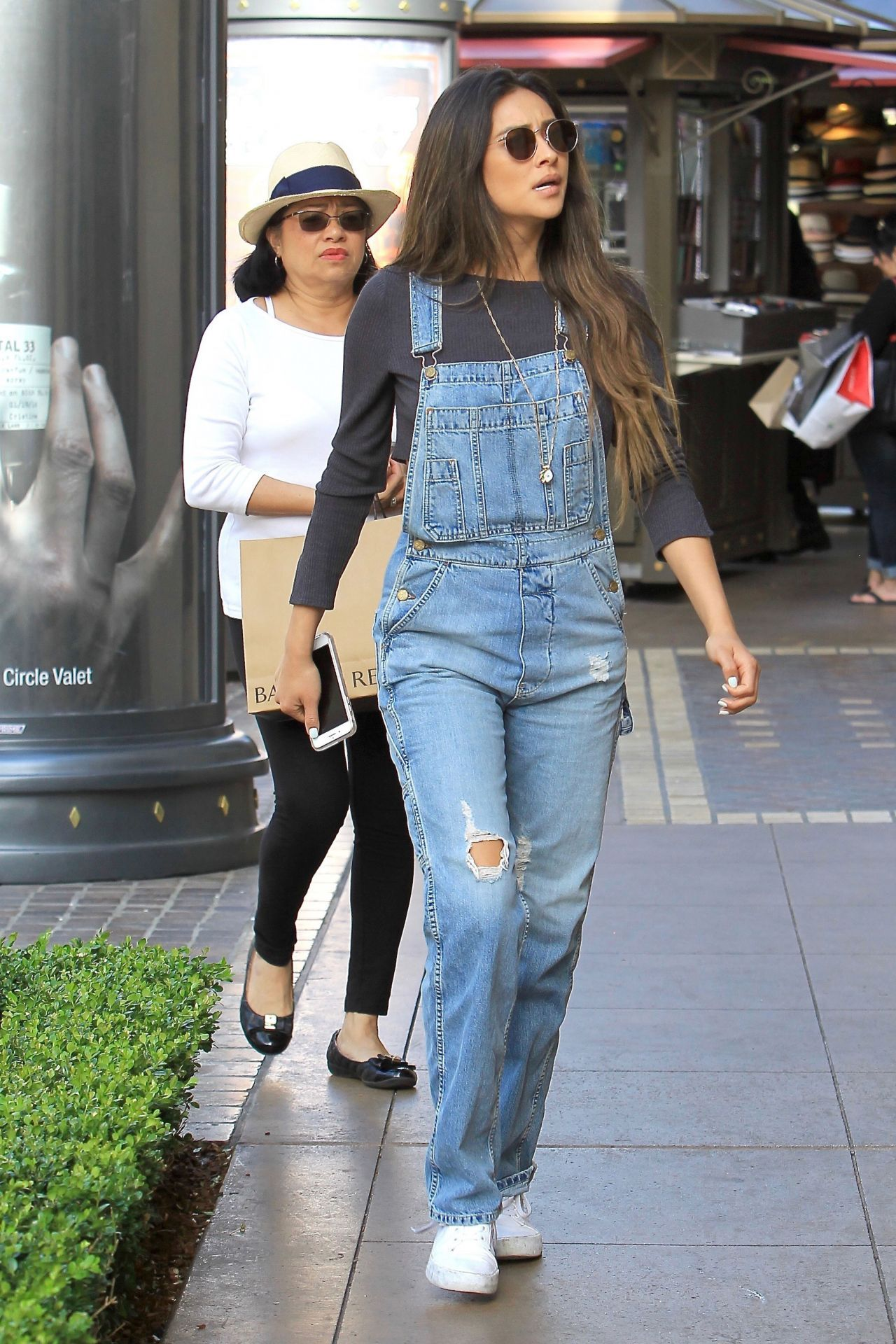 1b74e5a1e5be Shay Mitchell #ShayMitchell With Her Mother Shopping at The Grove in  Hollywood 15/05