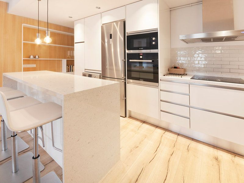 Un piso moderno reformado por completo Kitchens