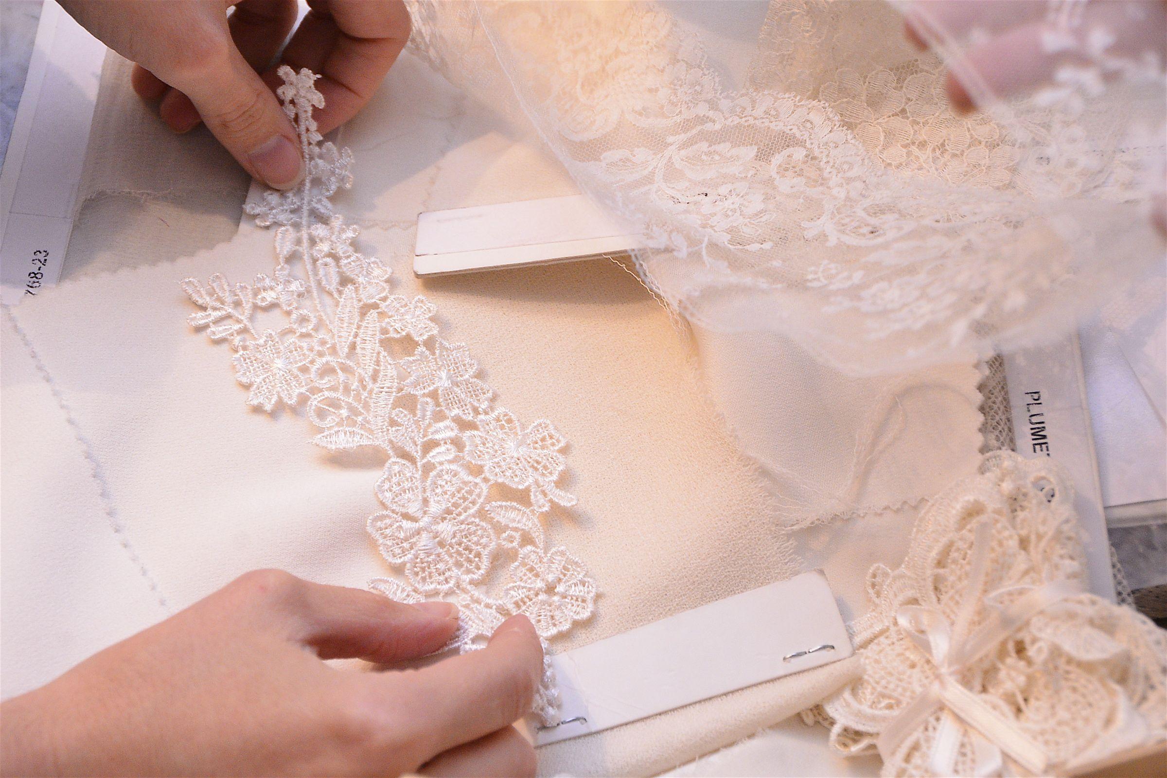 Las primeras visitas a un taller de vestidos novia. Bocetos, medidas ...