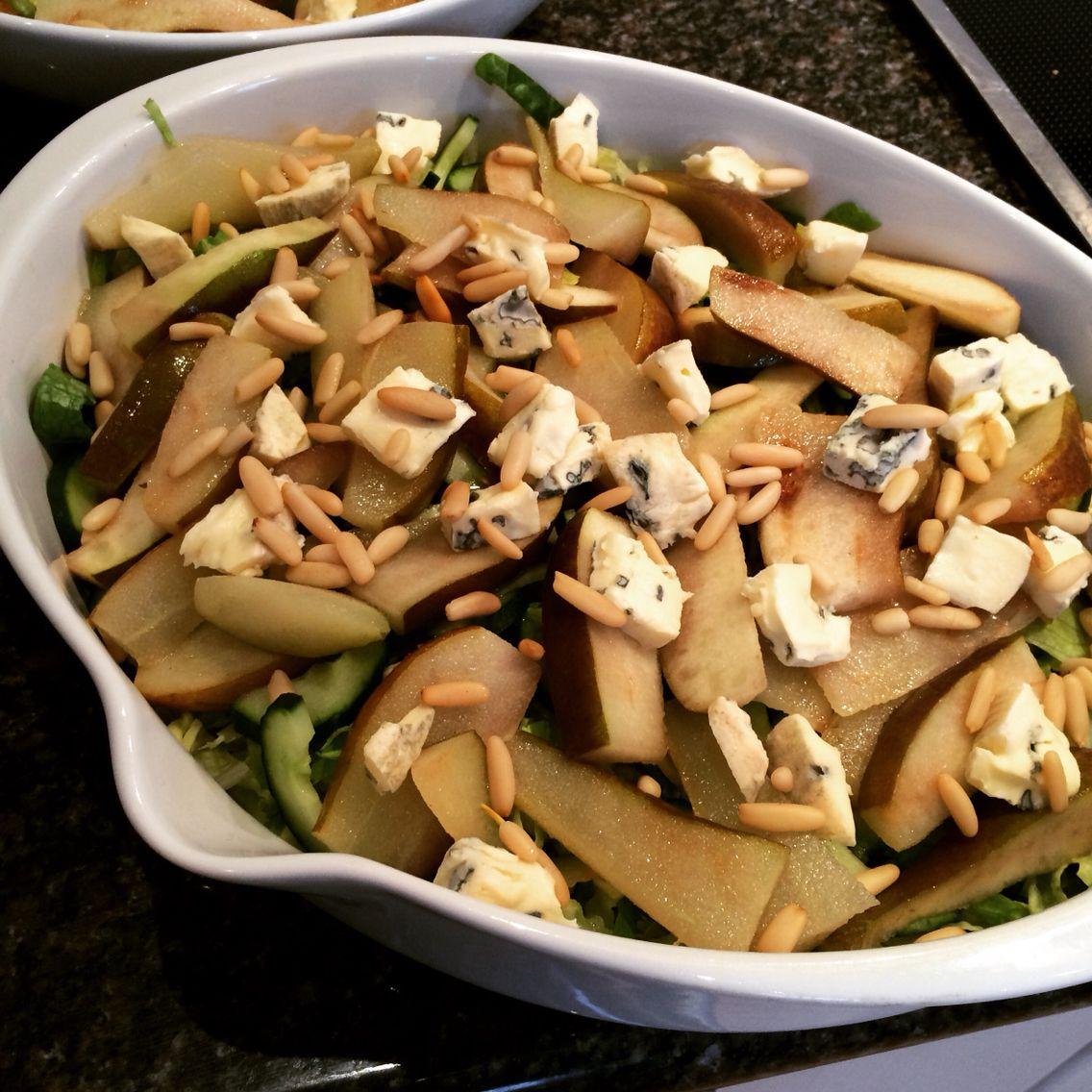 """Så er det salat til """"Nabo-logen""""  #romainesalat #akurk #stegtepærer #gorgonzola #pinjekerner #lovecooking #homemade #hvadskalvispisetilaften"""