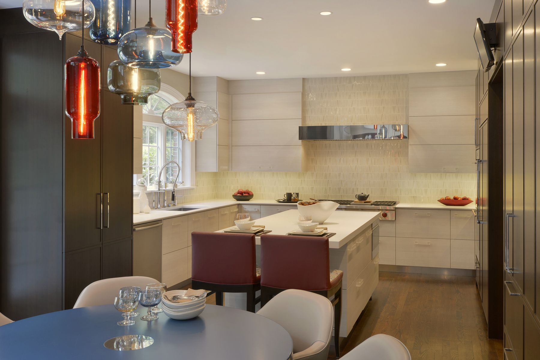 U Shaped Kitchen Features A Center Island And Eat In