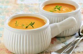 Ein leckeres Rezept aus der Herbstküche: Die Süßkartoffel-Karotten-Suppe erhält durch Curry eine leicht asiatische Note, die wunderbar zu den übrigen Zutaten passt.