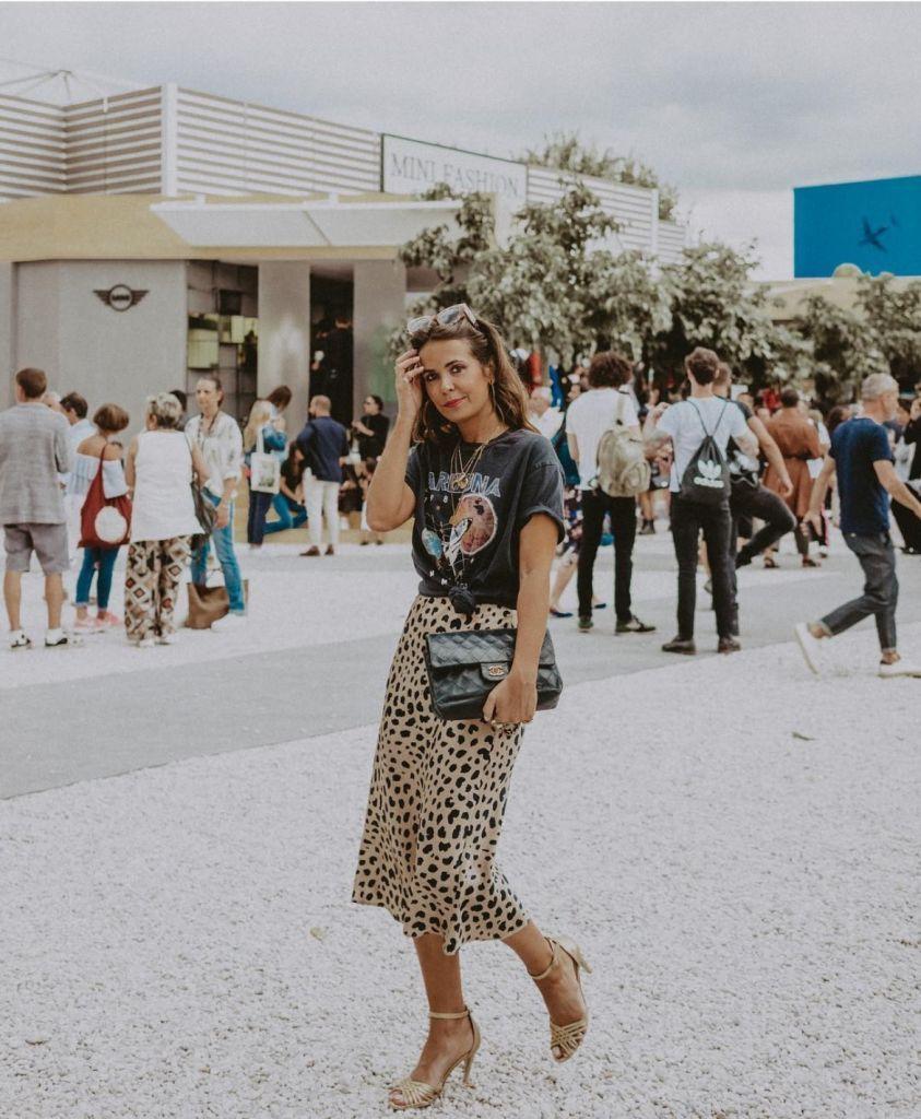 La falda viral que llegó sin avisar es satinada y con estampado de leopardo 4720b489f495
