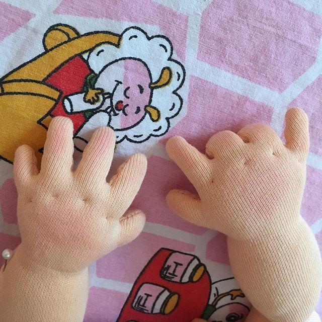 Littlehanny_dolls op Instagram: Cute baby hands ???????? #littlehannydolls #artdoll #dollart #dollartist #slowdoll #instaart #needlefelting #realisticdoll #realsizedoll… #dollsneedlefelt