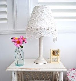 Een Supersnelle Manier Om Je Lamp Te Pimpen Met Een Kanten Kleedje Lampen Oude Meubels Opknappen Creatieve Ideeen