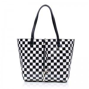 522e60dc825e Scacchi Regina Кожаная сумочка с шахматным черно-белым рисунком ...