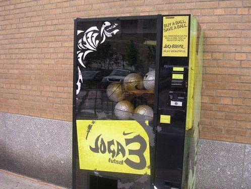 "Máquina #vending ""Joga Bonito"" de Nike dispensadora de pelotas de futbol | Nike ""Joga Bonito"" - Soccer Balls"
