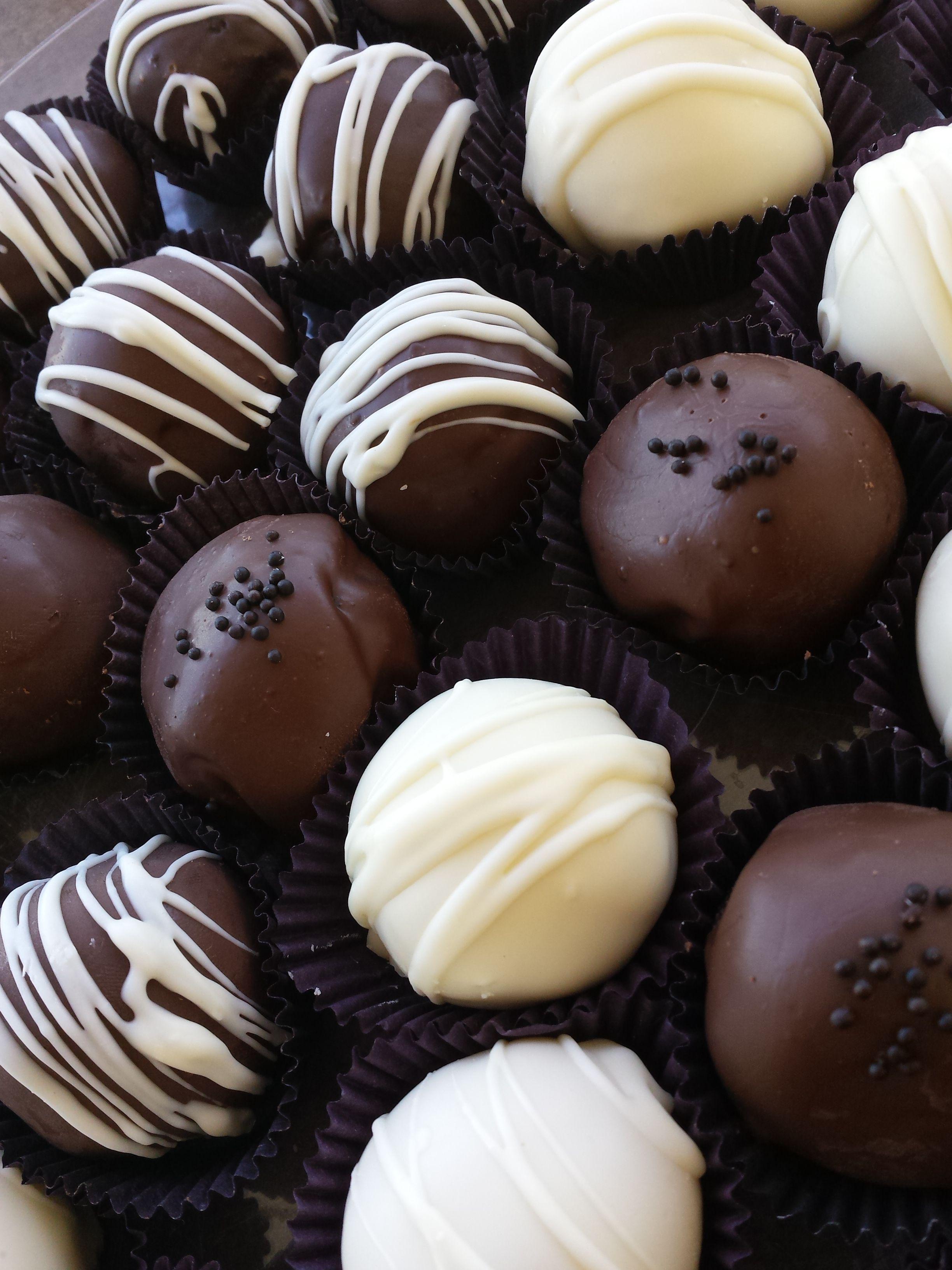 Os Cakeballs são deliciosos doces de massa de bolo recheada cobertas com chocolate