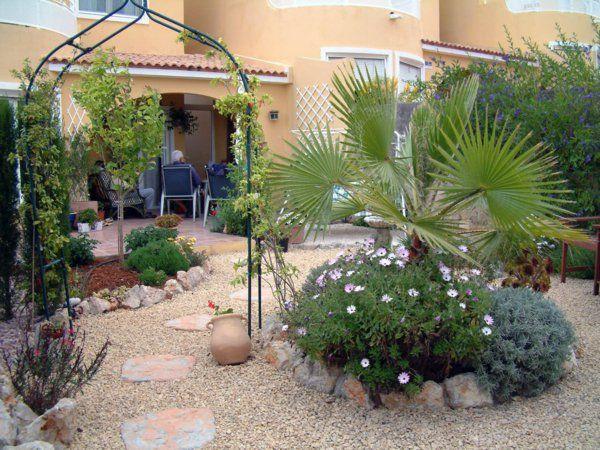 Gartengestaltung mit Kies und Steinen pergola mettal blumenbeet - gartengestaltung mit steinen
