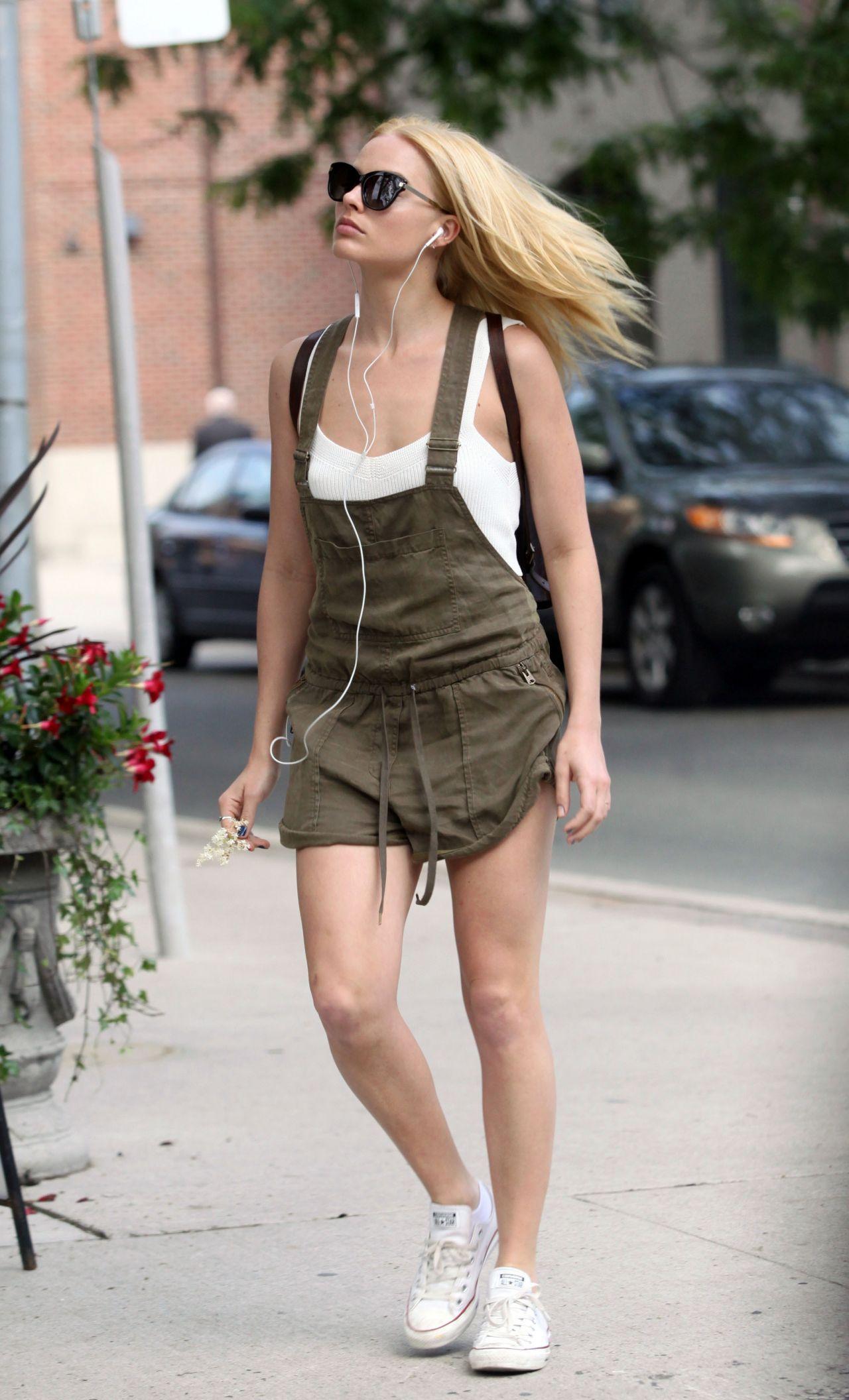 Margot Robbie Street Style Out In Toronto Canada June 2015 Margot Robbie Outfit Margot Robbie Style Margot Robbie