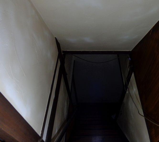 古い暗い階段でしたが 珪藻土で塗り替え 木部塗装し 古民家風 に