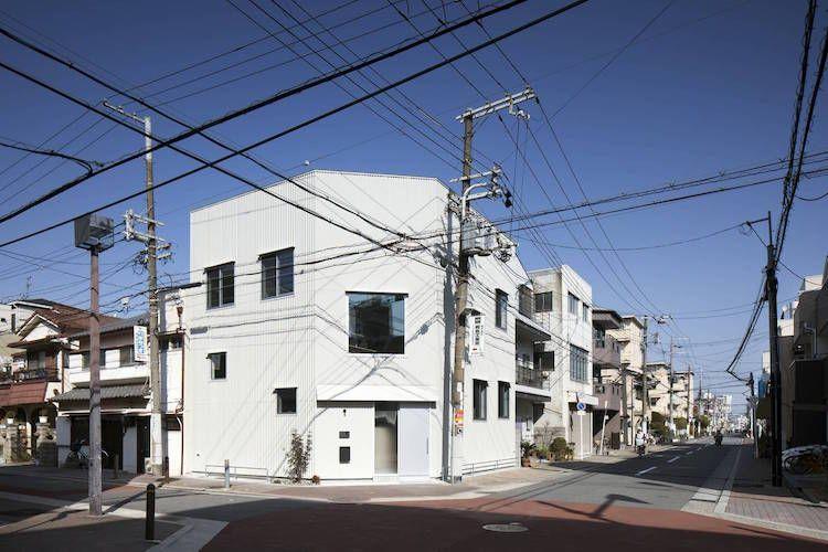 Peinture blanc mat fait la belle part à la déco en bois clair aux - peinture de facade maison
