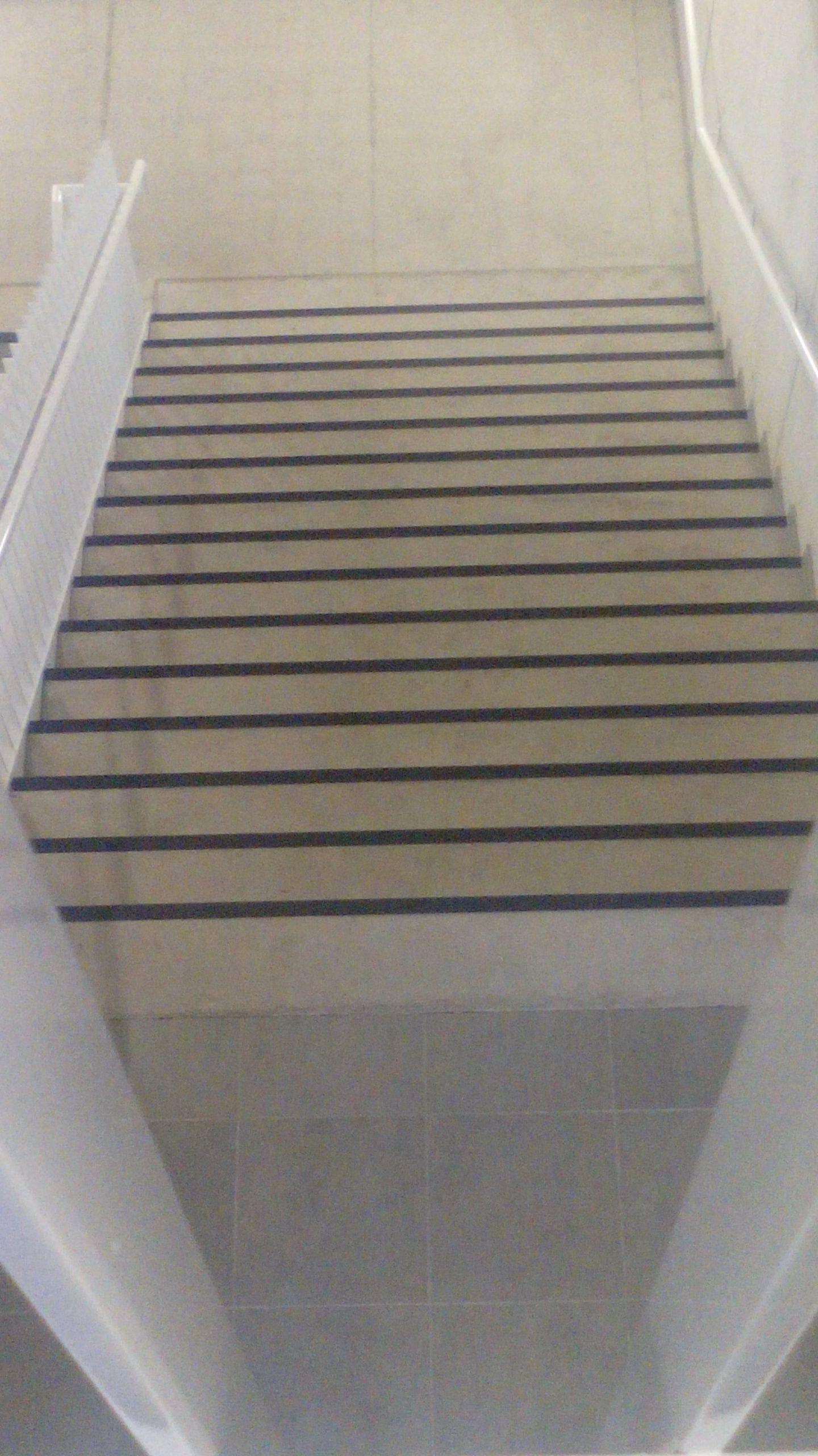 zwarte, dikke lijnen op de trap.