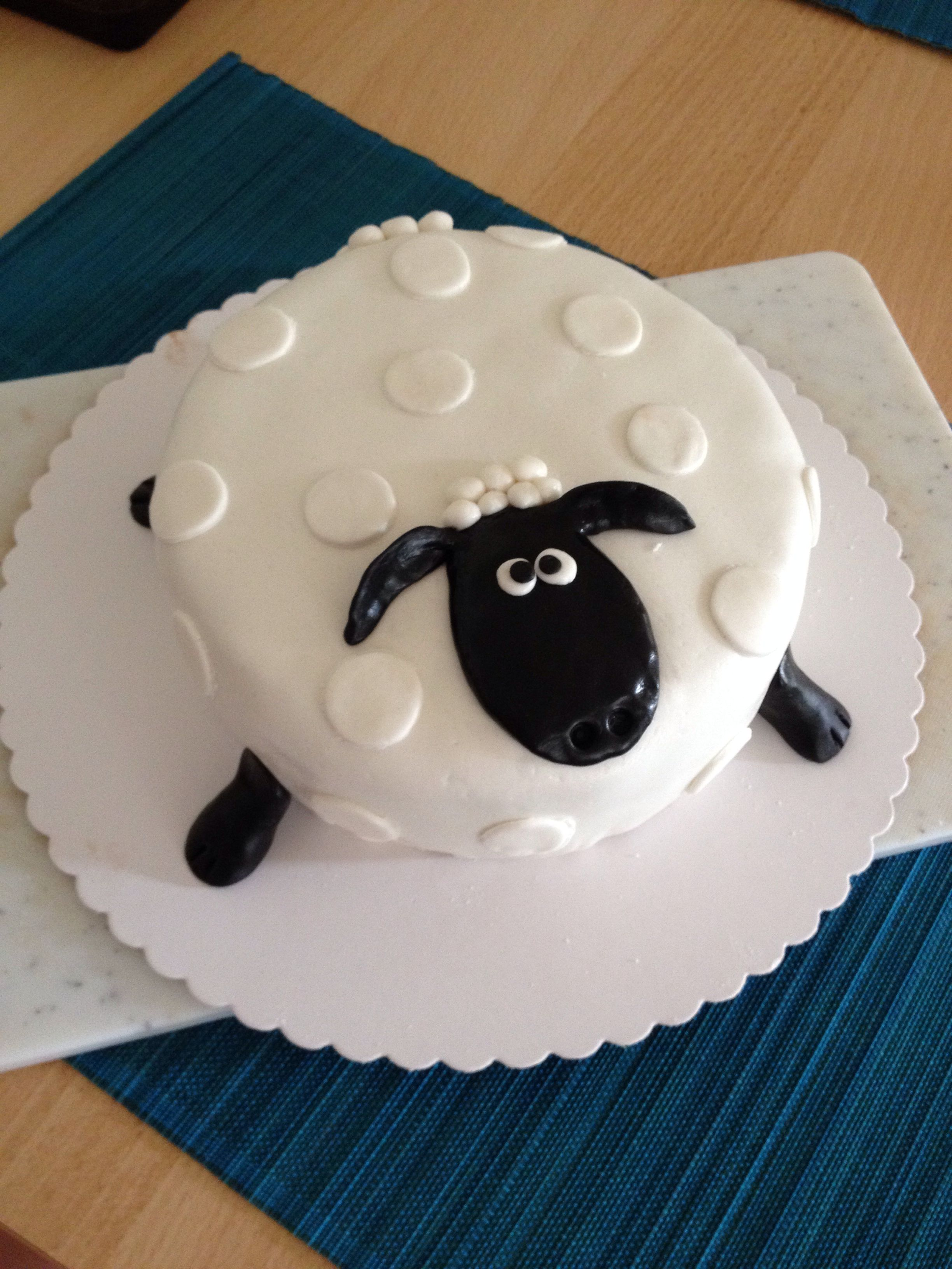 Mein erster Fondant Kuchen Shaun das Schaf