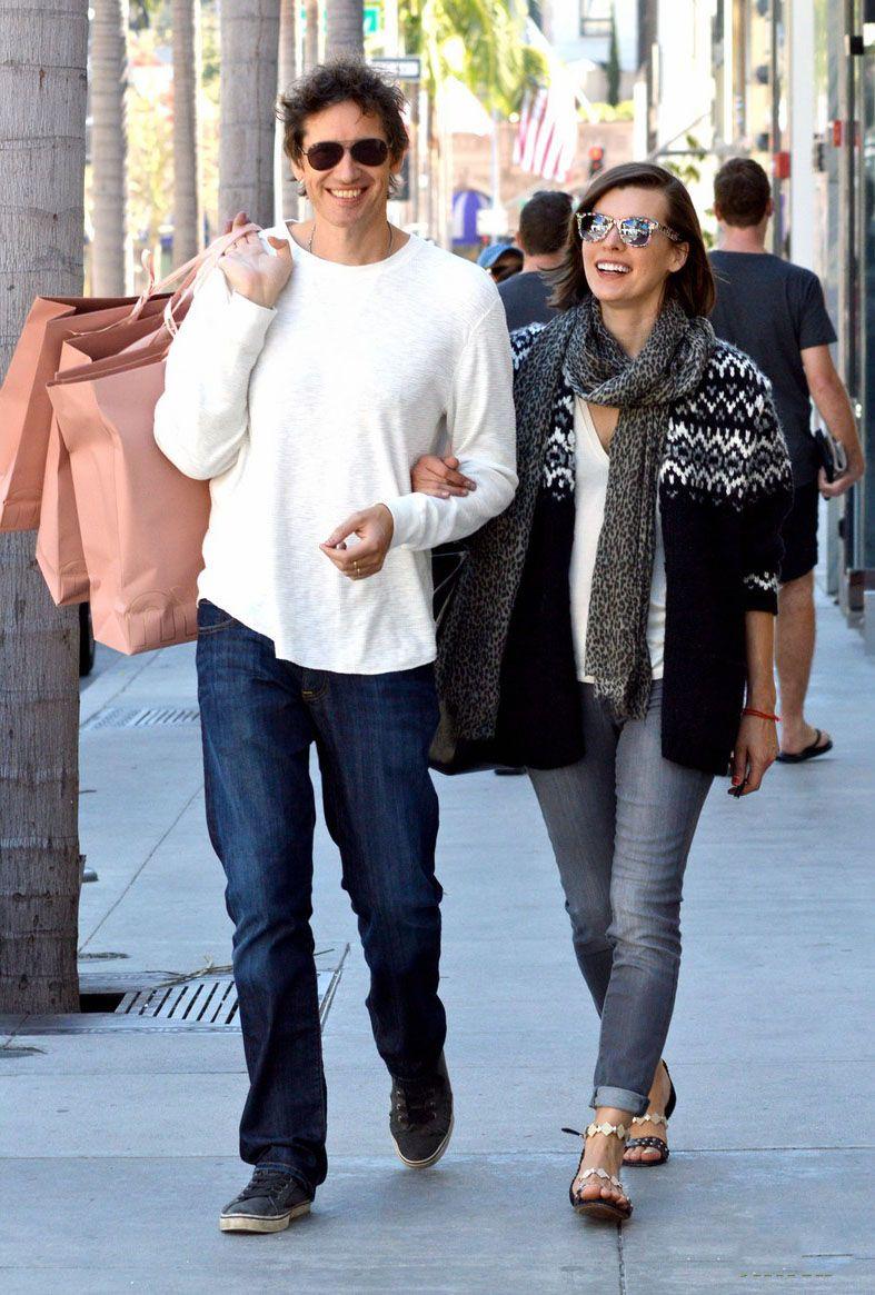 Milla Jovovich y su esposo, Paul W.S. Anderson de compras en Beverly Hills, California