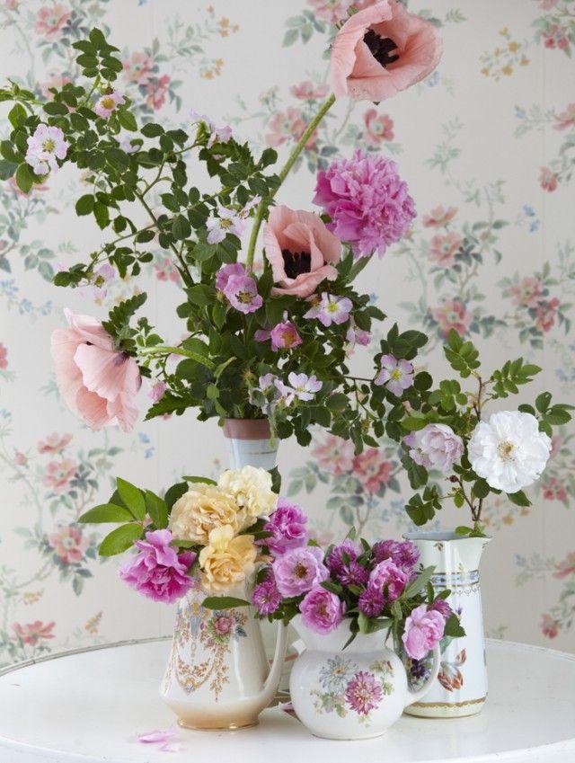 Floreros con tazas vintage