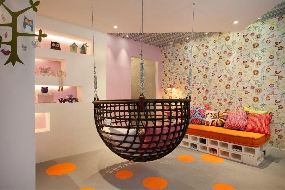 No Quarto da Bebê, criado por Márcia Martinez e Ândrea Fricks, um sofá-cama foi montado com 22 blocos de concreto pintados de branco, organi...