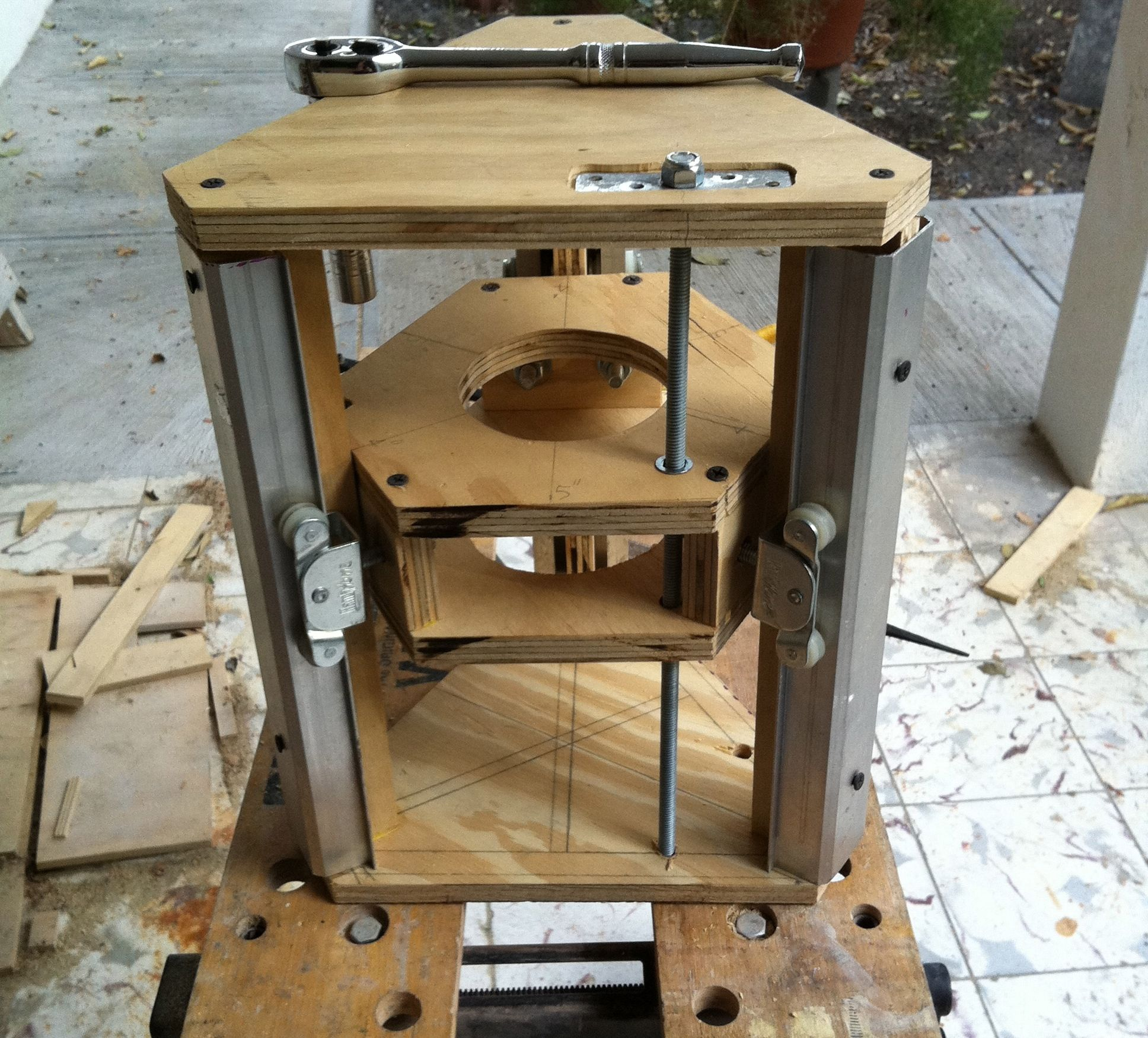 Diy router table lift - Make A Router Lift Out Of Recycled Closet Door Rails