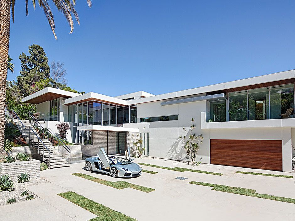 Situated within walking distance of the bustling sunset strip in los angeles this is a
