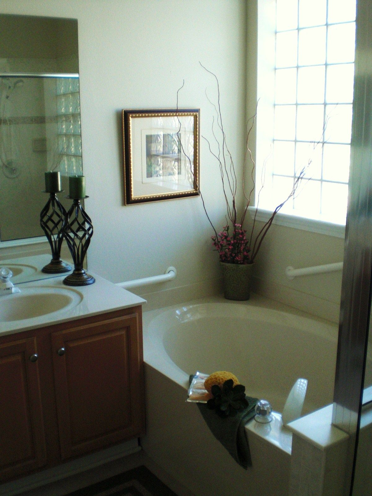 Making An Empty Bathroom Seem Inviting To Sell This Home