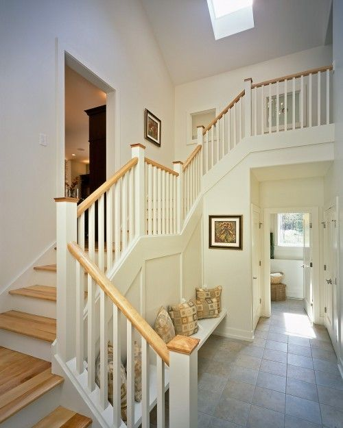 I love this stair case with the 2 different levels Decoración