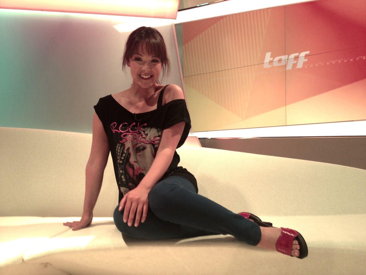 Moderatorin Nela Lee in einer Sandale von SOFTCLOX (mit