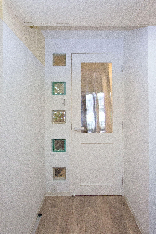 ガラスブロックが埋め込まれている扉 廊下にリビングからの光が