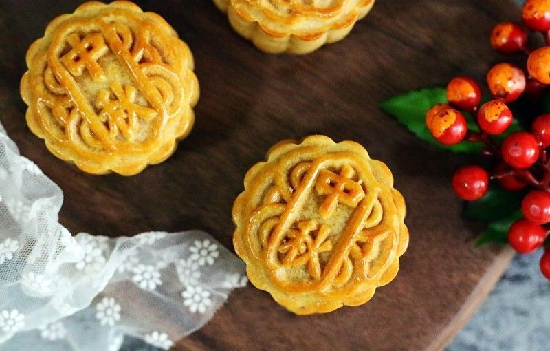 Coconut & Cranberry Moon Cake #mooncake If you are eating moon cakes every Mid-Autumn Festival, then follow me this year to make this coconut and cranberry moon cake (蔓越莓椰蓉月饼, 蔓越莓椰蓉月餅, màn yuè méi yē róng yuè bǐng) in your own home. Because the coconut filling is sweet, the cranberry is sour and sweet, so the moon cake taste is not so sweet and sour. I think there will be some friends who like this moon cake like me and share it! #mooncake Coconut & Cranberry M #mooncake