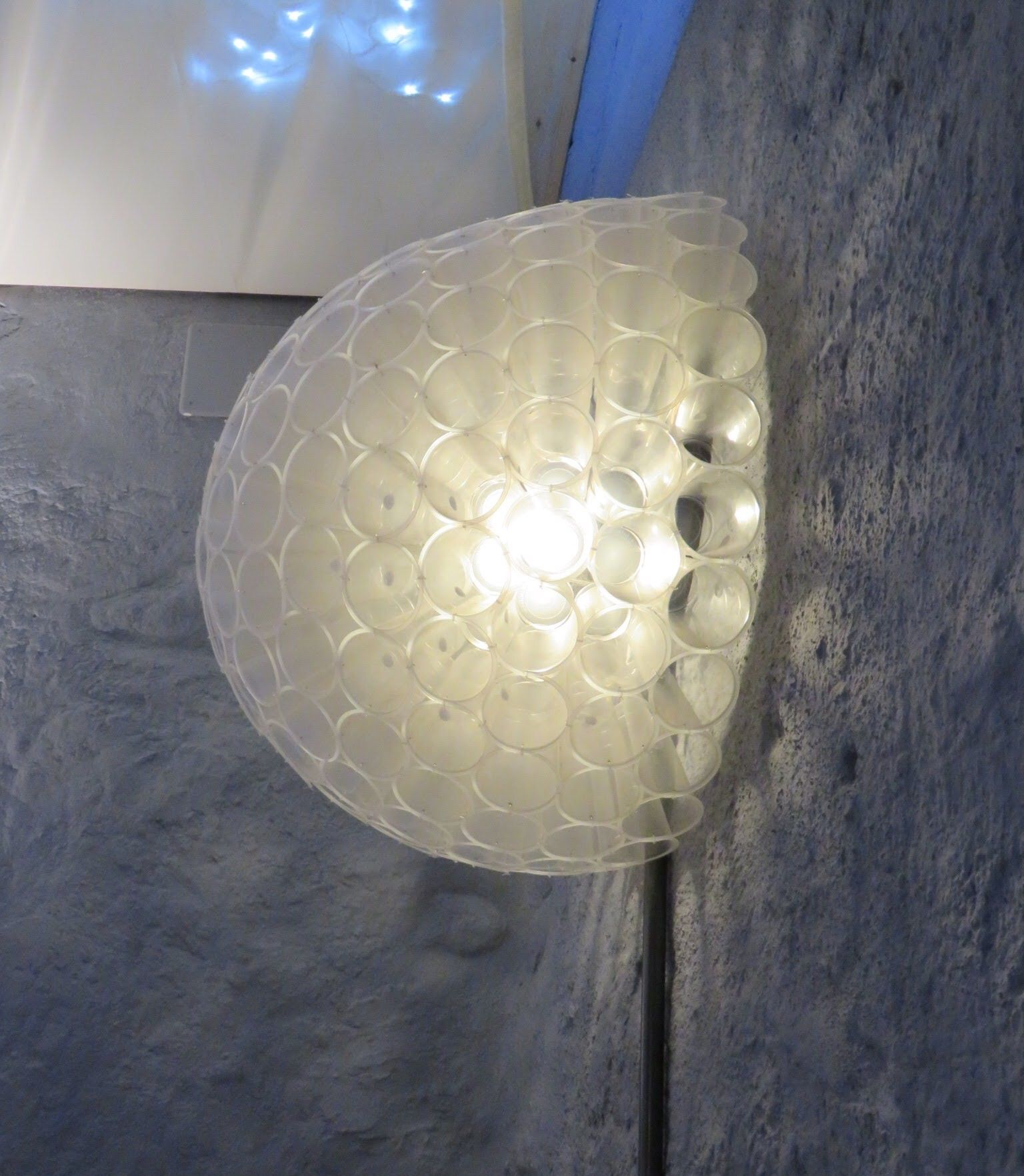Lampe av plastkopper