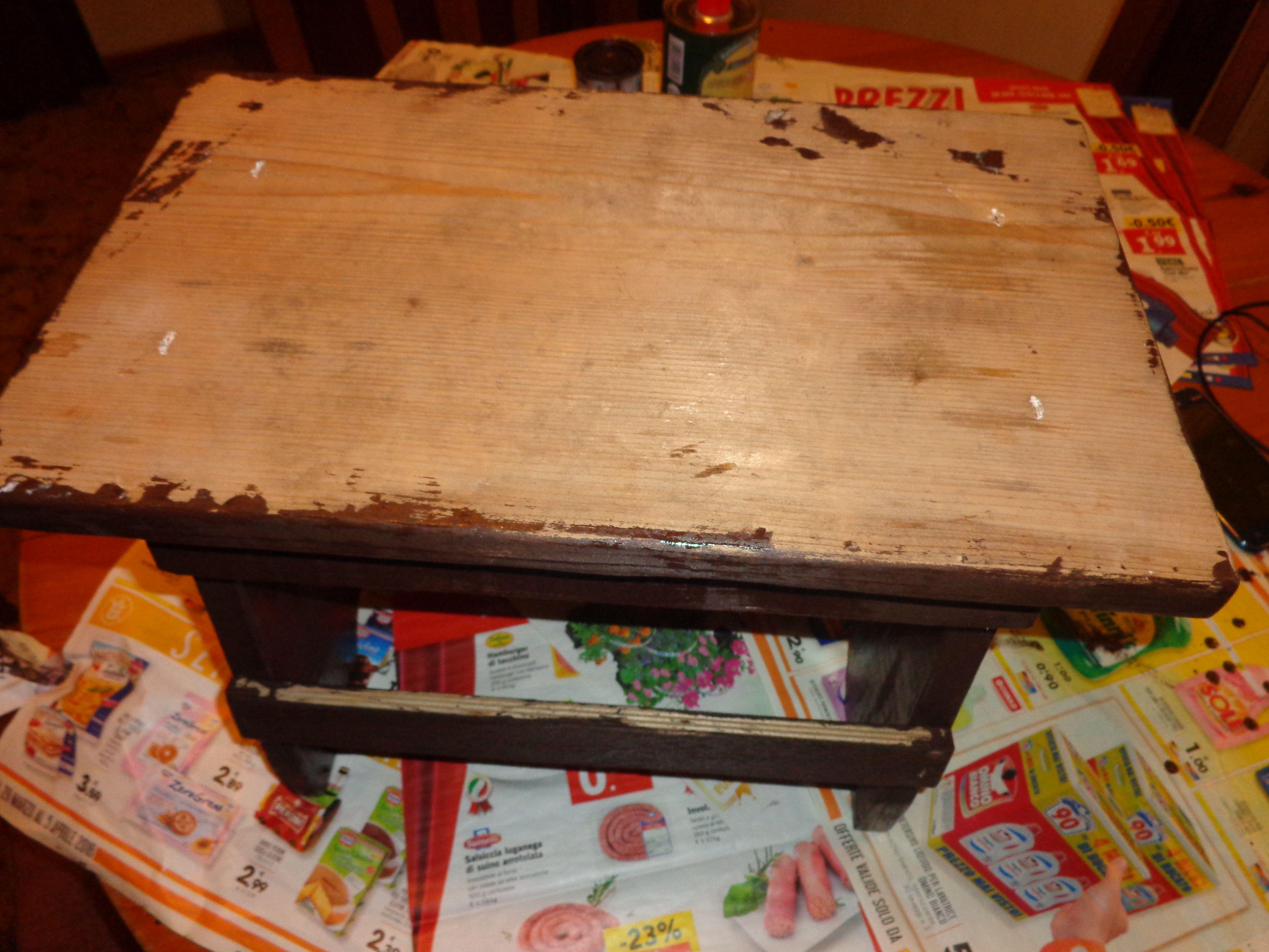 Decorazione sgabello di legno grezzo prima mano di smalto marrone