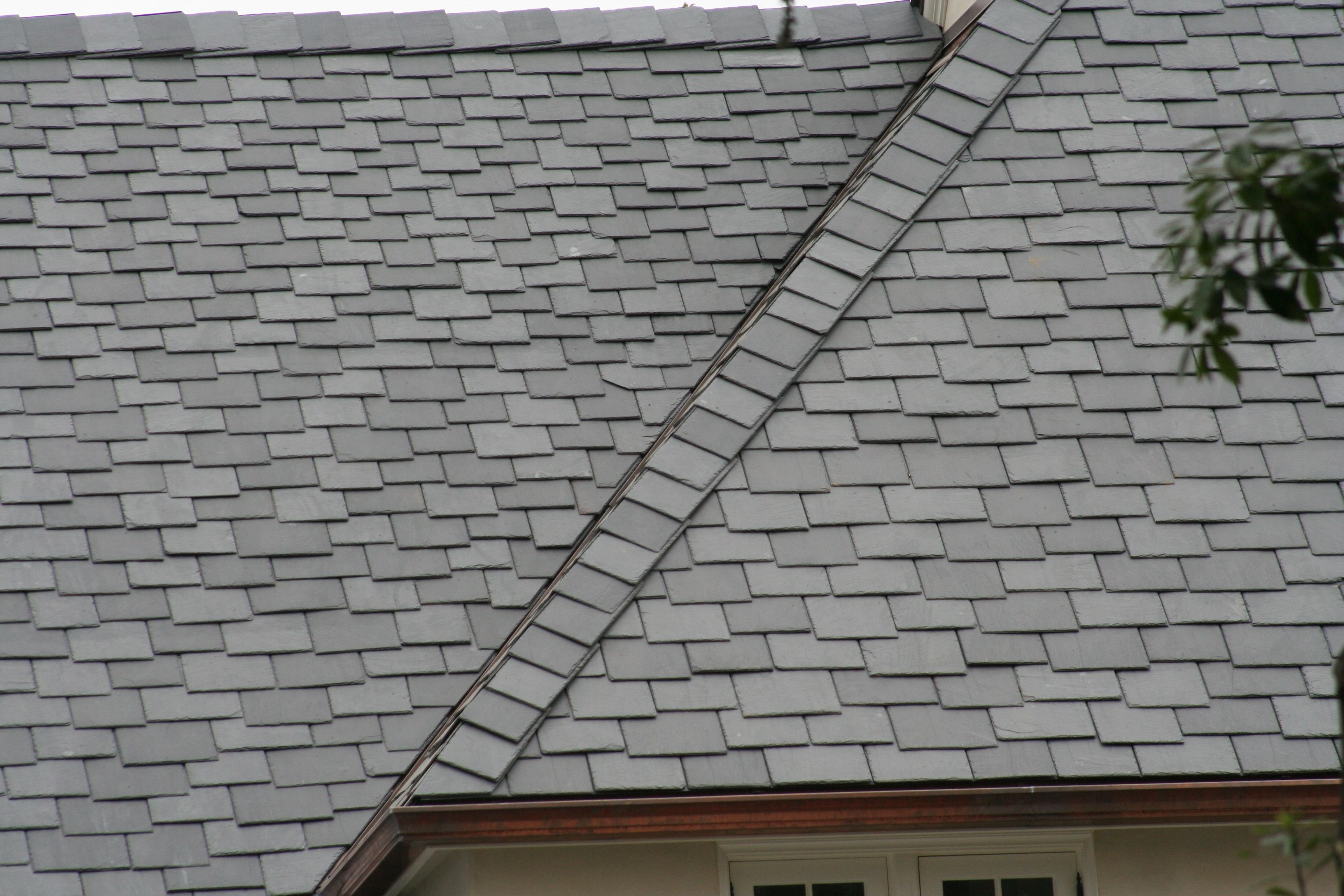 A Custom Combination Of North Country Slate Lengths And Widths Can Be Utilized To Create A Dramatic Effect On A Roof This De Slate Roof Roofing Dramatic Effect
