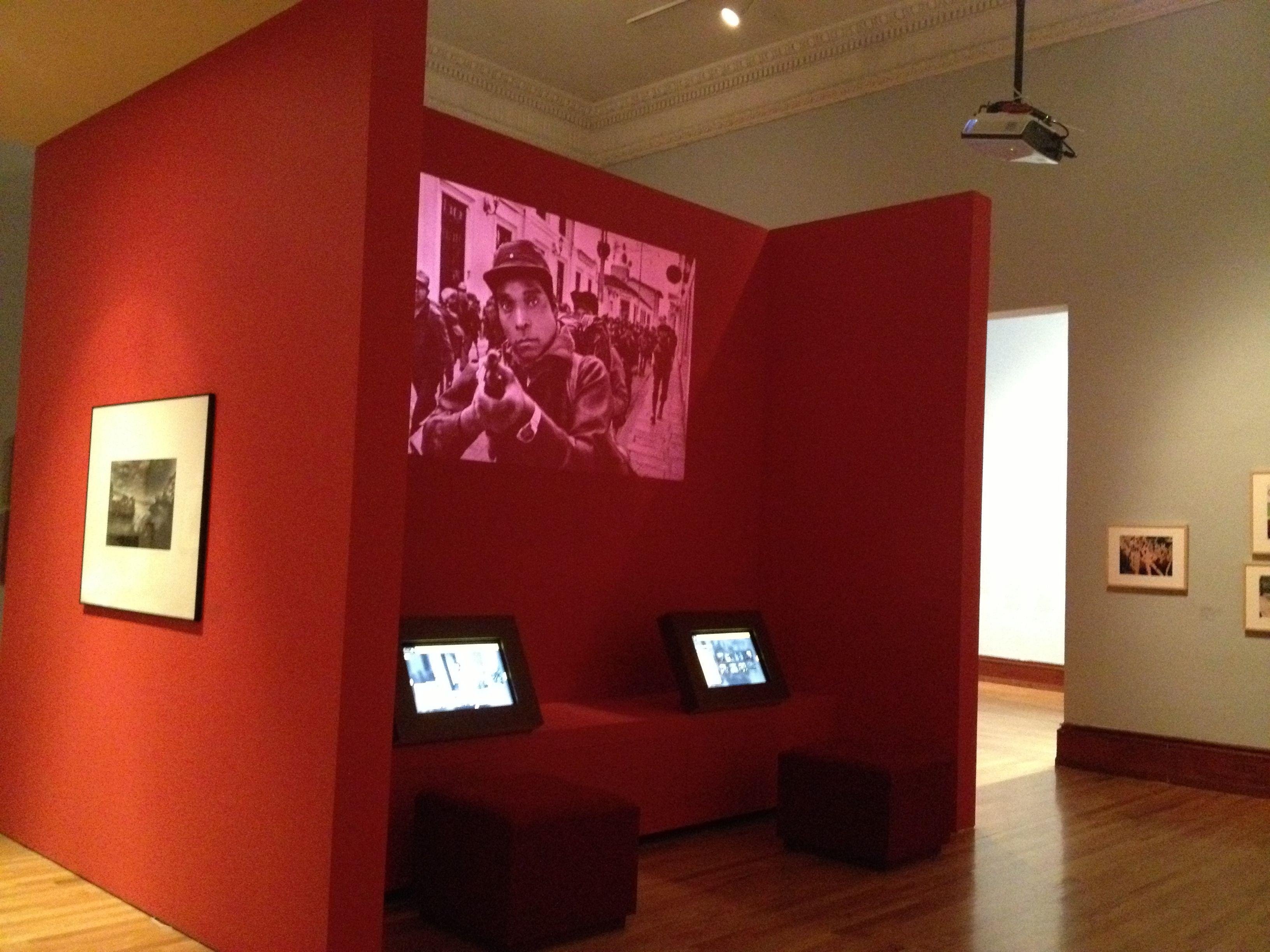 La exposición México a través de la fotografía del MUNAL tiene buenos ejemplos de musegorafía educativa.A lo largo de la exposición hay módulos didácticos como este con apps, videos, imágenes, audioguía, sala de lectura y espacios para rellenar encuestas en pantallas.