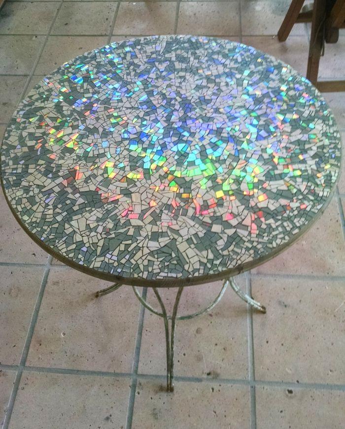 Table de jardin ronde avec une déco en mosaïque d\'anciens DVD ...