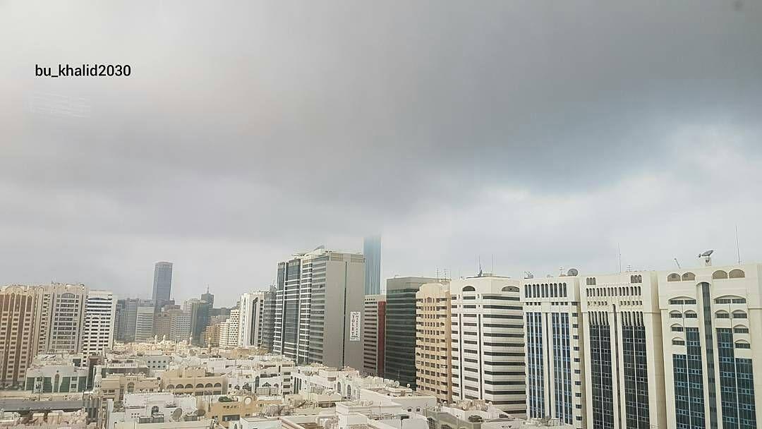 شبكة أجواء الامارات الان السحب تلامس برج محمد بن راشد في ابوظبي من المطارد بو خالد San Francisco Skyline Skyline Instagram Posts