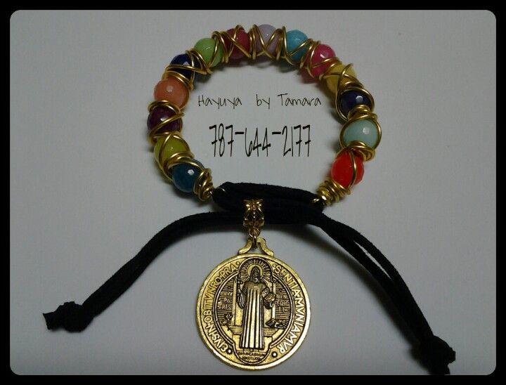 Pulsera con jades, alambrada y suede. Medalla de San Benito.
