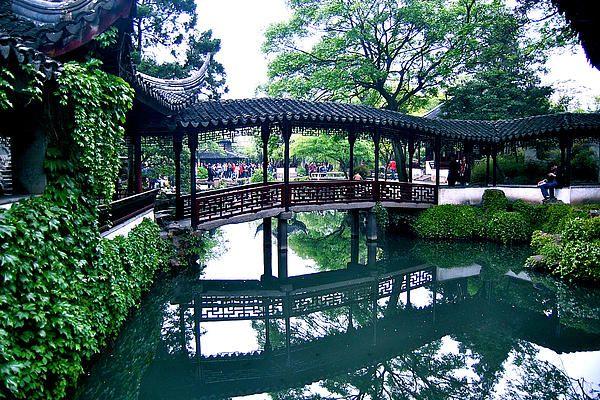 A beautiful Chinese bridge Many gems abound, despite the crowds, at - chinesischer garten brucke