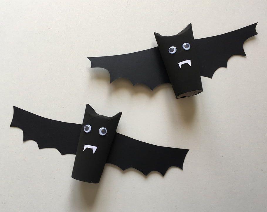 Pour Halloween, laisse les enfants créer de jolies chauves-souris ! Avec un rouleau en carton et trois fois rien, créez un joli décor pour faire la fête ! Créez-en plusieurs et suspendez-les au plafond avec un fil invisible ! Bouuuhh ! #activitemanuellehalloween
