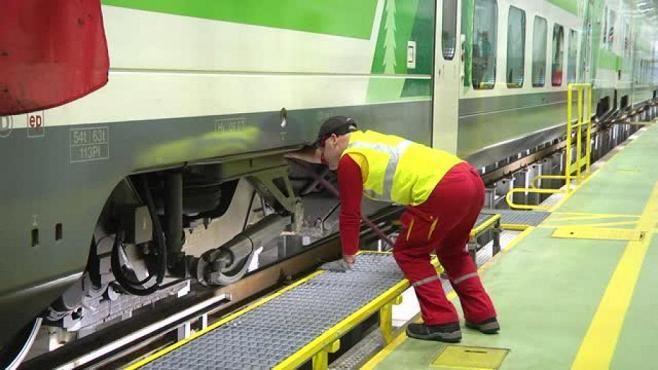 Näin VR sulattaa junansa - suuressa hallissa paiskitaan töitä vuorokauden ympäri