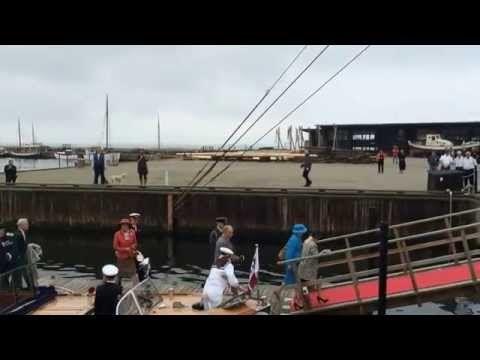 Regentparret ankommer til Ebeltoft Havn - YouTube