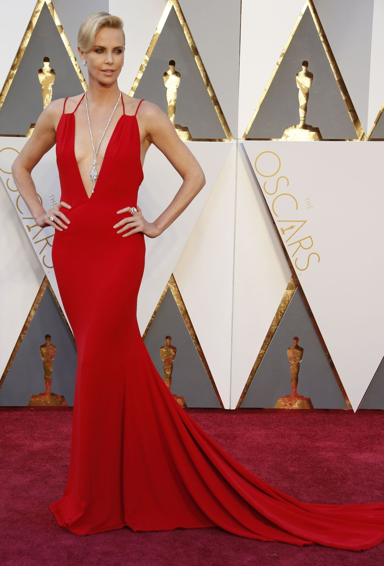 Charlize Theron on the Oscars red carpet (Photo  Noel West for The New York  Times) e096737845c