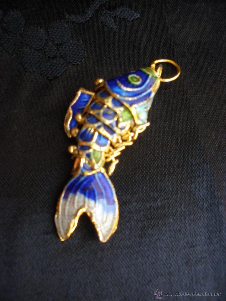a6b904bbfbc4 Bello colgante con forma de pez articulado en metal lacado al cloisonne (  vendido