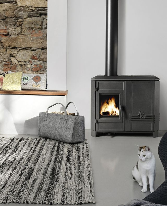 Logs Or Pellets No Need To Choose With This Cast Iron Stove That Combines The Advantages Of Both Fuels And Poele A Bois Invicta Poele A Bois Mobilier De Salon