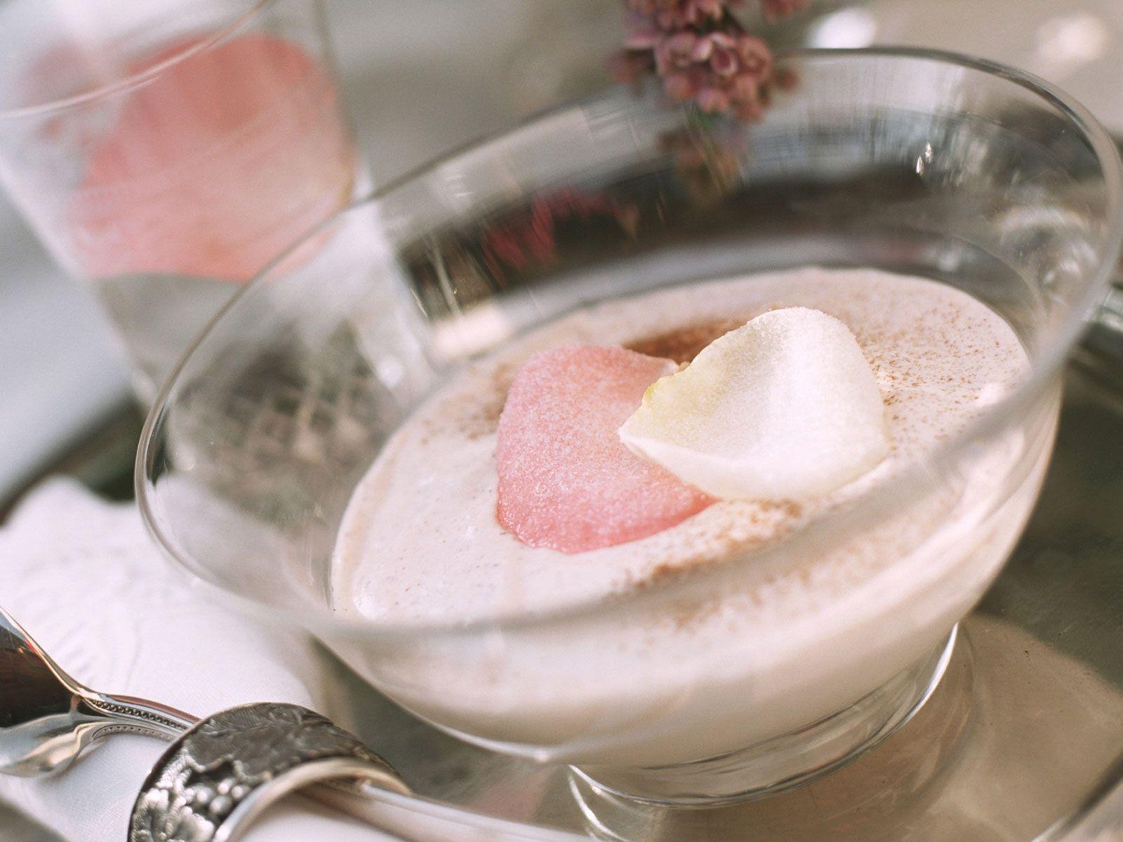 Zimtmousse mit Rosenblättern - smarter - Zeit: 30 Min.   eatsmarter.de