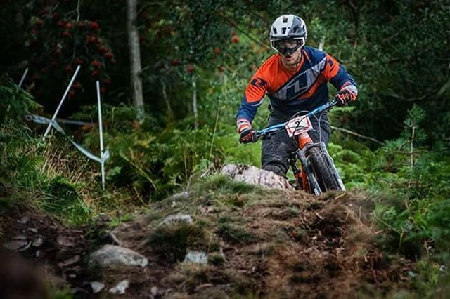 Sunday was a superb day to be a #mon on a bike! @welshgravityenduro put on another cracking Eastridge enduro, and I got myself another Eastridge podium (3rd in Elite men). It's always worth the long journey to race in the woods I grew up in 🚵🏔🏡 📷 @docopod catching the goods once again. Check out @behindthetape's edit and write-up for a full dose of Shropshire gold.  #birdaeris #birdmtb #sealskinz #661protection #protectfun #onebike #mtb #enduromtb #racing #betweenthetape #bestoke…
