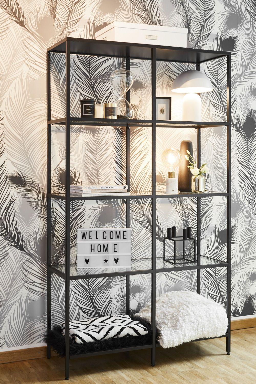 Das Regal passt perfekt zum Style von Christina Biluca (@christinabiluca): Es betont die Leichtigkeit der Feder-Tapete und bietet viel Platz, um schöne Objekte wie Globe-Leuchten, Duftkerzen oder Plaids zu dekorieren. Einfach wunderschön! // Wohnzimmer Skandinavisch Regal Leuchtbox Deko Dekoration Blogger Interior Service #Wohnzimmer #Wohnzimmerideen #Skandinavisch #Regal #Leuchtbox #Deko #Dekoration #Blogger #InteriorService #ChristinaBiluca #Homestory #wandregaledekorieren