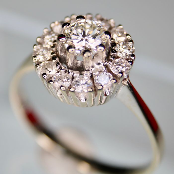 Catawiki online auction house: Engagement ring with natural brilliant cut diamond solitaire US and entourage of 12 diamonds VS/H approx 0.76 ct total. Very good condition.
