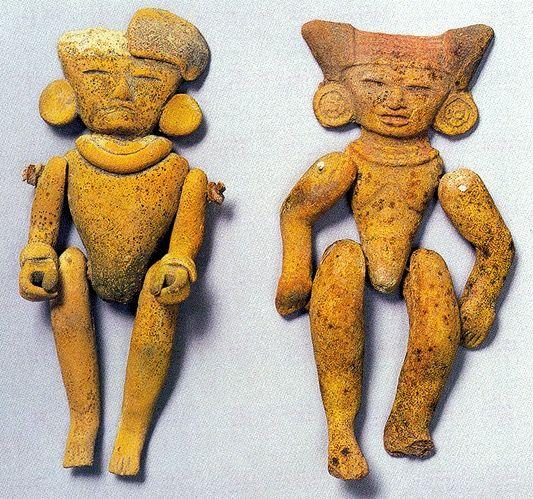 Pequeñas figuras antropomorfas articuladas. Probablemente fueron títeres o juguetes infantiles. Período clásico mesoamericano.100 A. de C- 900 D. de C. Culturas Altiplano Central. Teotihuacan, México.