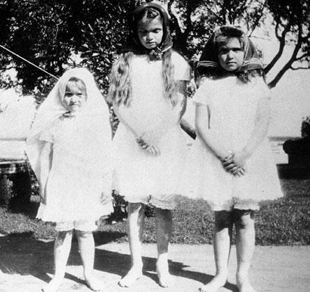 Grand Duchesses Anastasia Nikolaevna, Olga Nikolaevna and Maria Nikolaevna, in 1905.